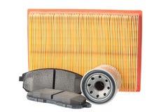 Insieme dei cuscinetti di freno, filtro dell'olio, filtro dell'aria Pezzi di ricambio dell'automobile isolati su bianco Immagini Stock