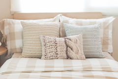 Insieme dei cuscini sul letto moderno in camera da letto moderna Fotografia Stock