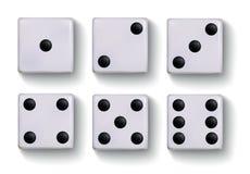 Insieme dei dadi bianchi realistici isolati su fondo bianco Immagine Stock