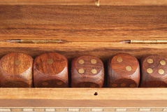 Insieme dei dadi in un primo piano della scatola di legno fotografia stock libera da diritti