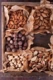 Insieme dei dadi in una scatola di legno Fotografie Stock Libere da Diritti