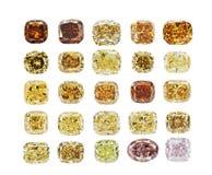 Insieme dei diamanti scintillanti trasparenti di colori differenti di lusso di varia forma del taglio isolati su fondo bianco Fotografie Stock Libere da Diritti