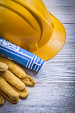 Insieme dei disegni di ingegneria blu del casco dei guanti di sicurezza su legno Fotografie Stock Libere da Diritti