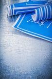 Insieme dei disegni di ingegneria blu sul construc metallico del fondo Fotografia Stock Libera da Diritti
