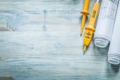 Insieme dei disegni di ingegneria elettrici del tester sul bordo di legno elett. Fotografia Stock Libera da Diritti