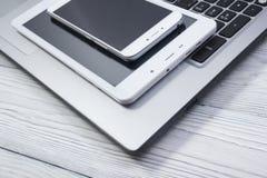 Insieme dei dispositivi moderni del computer - alto vicino del computer portatile, della compressa e del telefono Immagini Stock Libere da Diritti