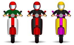 Insieme dei driver del motorino motociclisti ed i loro motorini dei colori differenti Front View Oggetti isolati su priorità bass royalty illustrazione gratis
