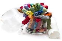 Insieme dei fili colorati per ricamo, piegati in a Fotografia Stock
