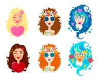 Insieme dei fronti delle ragazze sveglie con il sorriso Fumetto e stile piano Elemento di disegno Priorità bassa bianca Illustraz Fotografie Stock