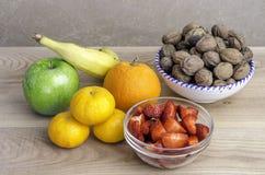 Insieme dei frutti, mandarini, banana, mela, arancia, noci Immagini Stock