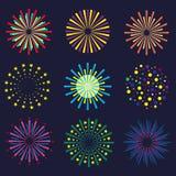 Insieme dei fuochi d'artificio luminosi e variopinti Fuochi d'artificio di festival su fondo scuro illustrazione di stock