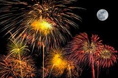 Insieme dei fuochi d'artificio su fondo nero con la luna eccellente fotografia stock