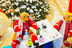 Insieme dei giocattoli variopinti per i bambini, portati dalla renna Immagini Stock