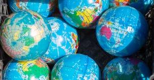 Insieme dei globi disposti sul fondo della tela Immagini Stock