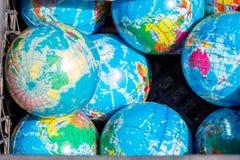 Insieme dei globi disposti sul fondo della tela Fotografia Stock