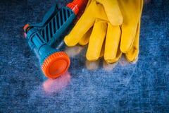Insieme dei guanti protettivi di cuoio e del raggiro di agricoltura dell'ugello del tubo flessibile Immagine Stock Libera da Diritti