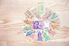 Insieme dei karbovanet dell'Ucraina della fattura con i soldi di hryvnia 200 su di legno Fotografie Stock Libere da Diritti