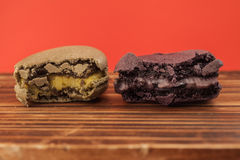 Insieme dei macarons pungenti nei colori differenti in isolato pastello rosso Fotografia Stock Libera da Diritti