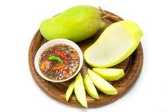 Insieme dei manghi verdi con la salsa di pesce dolce Immagine Stock
