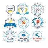 Insieme dei modelli differenti del logotype per praticare il surfing Vettore atletico Fotografie Stock