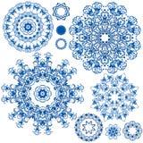 Insieme dei modelli floreali blu del cerchio Fondo nello stile Immagine Stock