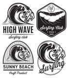 Insieme dei modelli per il logos sul tema di acqua, praticante il surfing, oceano, mare di progettazione royalty illustrazione gratis