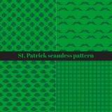 Insieme dei modelli senza cuciture di giorno di St Patrick s con le bande a quadretti, i cappelli, i baffi ed il trifoglio Fotografia Stock Libera da Diritti
