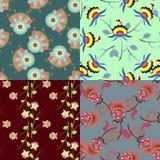 Insieme dei modelli senza cuciture multicolori svegli con i fiori Immagine Stock