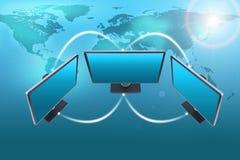 Insieme dei monitor con la mappa sul blu Fotografia Stock