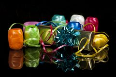 Insieme dei nastri colourful e di un regalo di natale Fotografia Stock