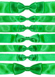 Insieme dei nodi simmetrici dell'arco sui nastri verdi del raso Fotografia Stock