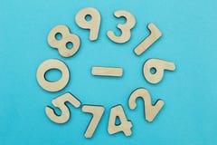 Insieme dei numeri su un fondo blu, concetto immagine stock