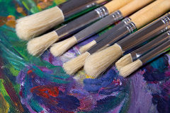 Insieme dei pennelli e della pittura acrilica Fotografia Stock