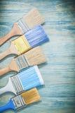Insieme dei pennelli sul concetto della costruzione del bordo di legno Fotografia Stock Libera da Diritti
