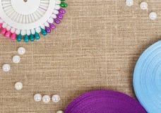 Insieme dei perni colorati con i nastri e le perle Fotografie Stock Libere da Diritti