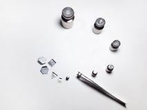 Insieme dei pesi del laboratorio e delle pinzette d'acciaio Fotografie Stock