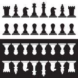 Insieme dei pezzi degli scacchi in bianco e nero Immagine Stock