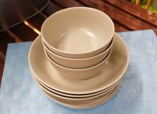 Insieme dei piatti ceramici, delle ciotole e dei piatti di Brown Fotografia Stock Libera da Diritti