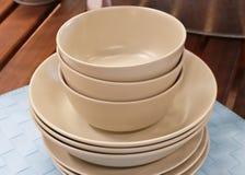 Insieme dei piatti ceramici, delle ciotole e dei piatti di Brown Fotografia Stock
