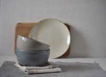 Insieme dei piatti di porcellana Utensile della cucina immagini stock