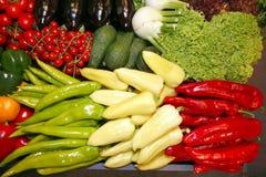Insieme dei prodotti biologici di recente selezionati alla stalla del mercato freshly Fotografia Stock