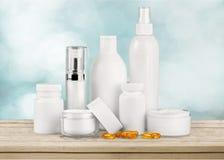Insieme dei prodotti cosmetici in contenitori isolati Immagine Stock Libera da Diritti