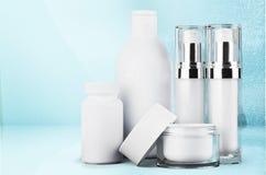 Insieme dei prodotti cosmetici in contenitori isolati Fotografie Stock Libere da Diritti