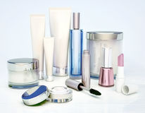 Insieme dei prodotti di bellezza isolati su fondo blu-chiaro Fotografie Stock
