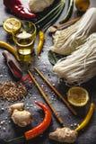 Insieme dei prodotti per la cottura delle tagliatelle di riso Fotografia Stock