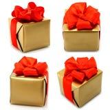 Insieme dei regali dorati con l'arco rosso Fotografia Stock Libera da Diritti