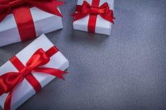 Insieme dei regali inscatolati sul concetto grigio di feste del fondo Fotografie Stock