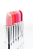 Insieme dei rossetti alla moda dei colori differenti in una fila Fotografia Stock Libera da Diritti