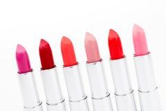 Insieme dei rossetti alla moda nei colori rossi e rosa Immagini Stock Libere da Diritti