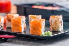 Insieme dei rotoli di sushi di color salmone dell'anguilla Immagini Stock Libere da Diritti